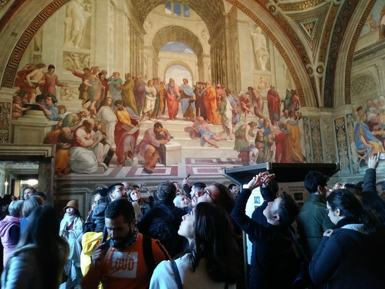 라파엘로의 방 '아테네 학당'이 전시된 라파엘로의 방은 늘 관람객들로 발 디딜 틈조차 없다. 더욱이 차분히 작품을 감상하는 건 애초 불가능하다.