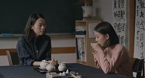 영화 <벌새> 중 '영지쌤'과 주인공 '은희'의 모습.
