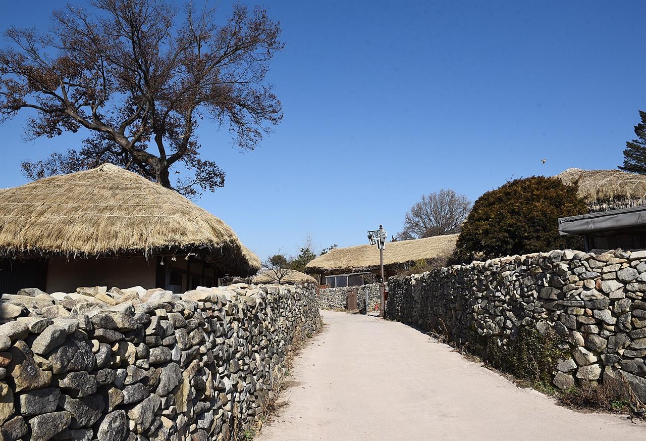 외암마을 돌담길 그리 높지 않은 마을의 돌담길은 도시에서 잊혀진 정겨움이 있다. 이 돌담길은 길이 5km를 넘는다고 한다.
