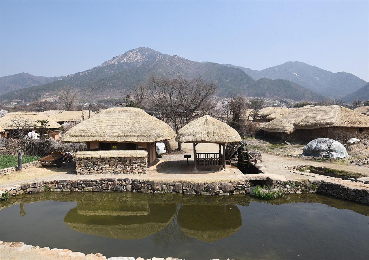 낙안읍성마을  낙안읍성마을은 북쪽의 진산인 금전산 아래 줄기 끝자락 평지에 들어선 마을로, 왜적 방어용으로 쌓은 읍성이 아직도 남아 있다.