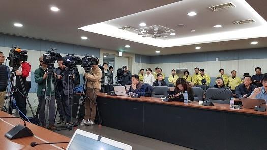 충남교육청의 브리핑을 취재중인 기자들