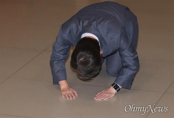 돌아온 안철수, 넙죽 '큰절'  바른미래당 안철수 전 의원이 19일 오후 인천국제공항에 도착해 마중나온 지지자들을 향해 큰절 하고 있다.
