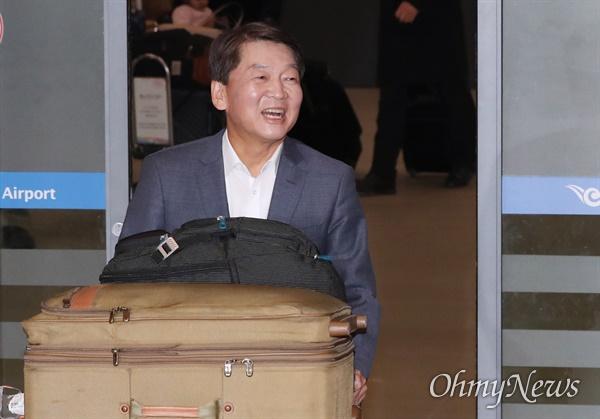 공항 입국장 들어서는 안철수 정계 복귀를 선언한 바른미래당 안철수 전 의원이 19일 오후 인천국제공항에 도착, 마중나온 지지자들을 향해 밝은 표정을 짓고 있다. 안 전 의원은 이날 오후 4시 40분께 인천국제공항을 통해 입국했다. 미국 샌프란시스코에서 돌아올 것이란 예상과 달리 캐나다 밴쿠버에서 에어캐나다 여객기를 타고 돌아왔다.