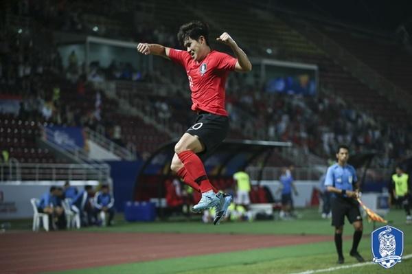 이동경 이동경이 요르단과의 8강전에서 극적인 프리킥 결승골을 넣은 뒤 환호하고 있다.