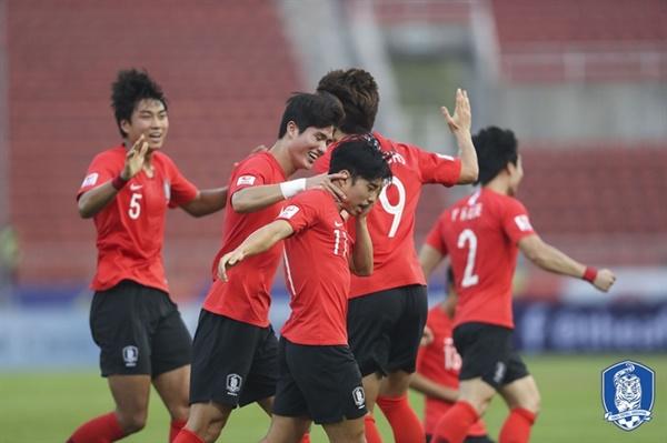 한국 U-23 대표팀 한국이 요르단과의 8강전에서 전반 16분 완벽에 가까운 세트 피스 전술로 선제골을 넣은 뒤 기쁨을 나누고 있다.