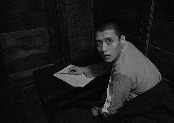 영화 '동주' 속 의사가 나누어 준 암산시험지를 풀고 있는 동주(스틸컷) .