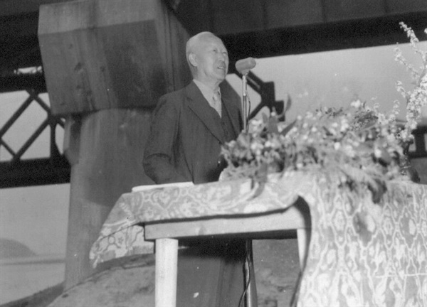 6.25전쟁 중, 왜관 철교 복구에 치사하는 이승만 대통령(1951. 4. 18.).