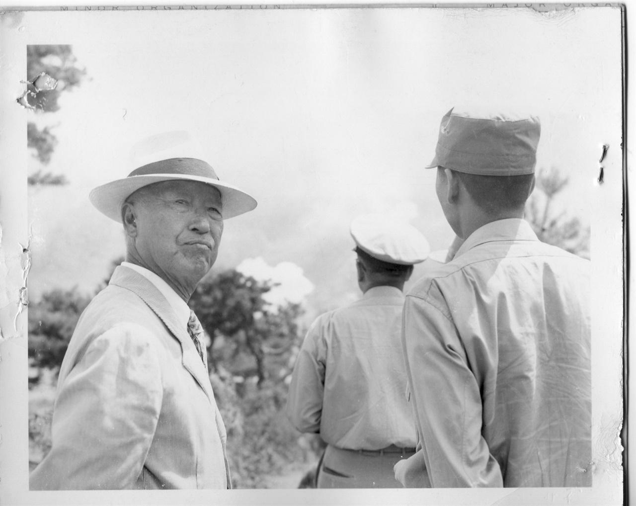 홍천, 6.25전쟁 중 전방부대를 시찰 하는 이승만 대통령(1951. 8. 22.).