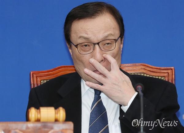 최고위 주재한 이해찬 더불어민주당 이해찬 대표가 20일 오전 서울 여의도 국회에서 주재한 최고위원회의에서 참석자들의 발언을 듣고 있다.