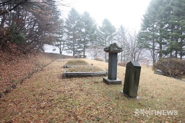 청주시 상당구 산성동 138번지에 조성된 민천식의 묘비와 추모비.