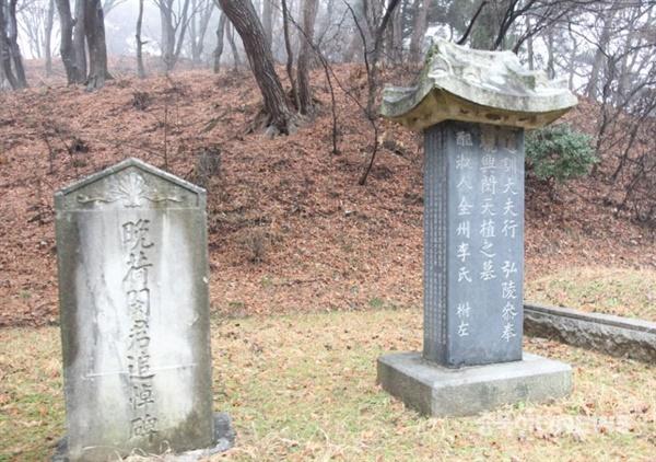 청주시 상당구 산성동 138번지에 조성된 민천식의 묘비와 추모비. 왼쪽에 있는 추모비는 전형적인 일제 양식이다.