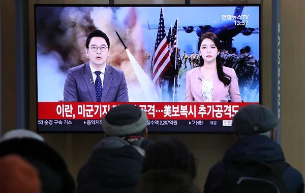 이란 혁명수비대가 아인 알아사드 공군기지 등 이라크 내 미군 주둔 기지 여러 곳을 향해 탄도미사일 수십발을 발사한 지난 8일 서울역 대합실에서 시민들이 관련 뉴스를 지켜보고 있다.