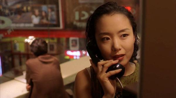 유선전화의 메커니즘에 깃들인 마음의 움직임은 휴대전화의 그것과 비기기 어렵다. 영화 <접속>(1997, 명필름)의 스틸 컷