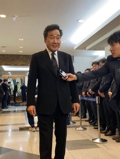 20일 이낙연 전 총리가 신격호 롯데그룹 명예회장 빈소를 찾아 기자들의 질문에 답하고 있다.