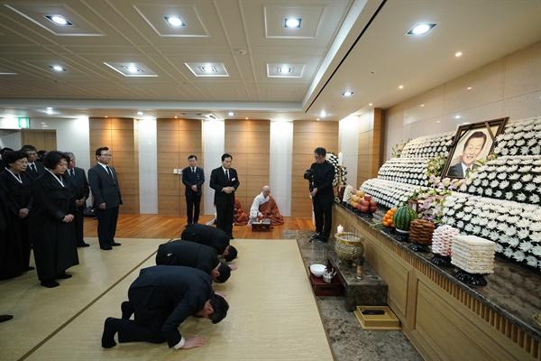 19일 향년 99세로 눈을 감은 신격호 롯데그룹 명예회장의 장례식 초례(장례를 시작하고 고인을 모시는 의식) 당시 사진.