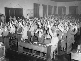 피란지 부산, 국회에서 발췌개헌안을 기립투표로 통과시키고 있다(1952. 7. 4.).