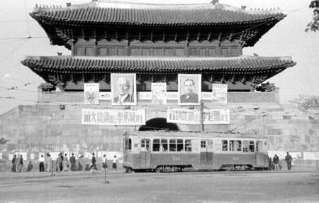 남대문(숭례문)에 나붙은 제3대 정부통령 자유당 후보 이승만과 이기붕의 선거 홍보물.