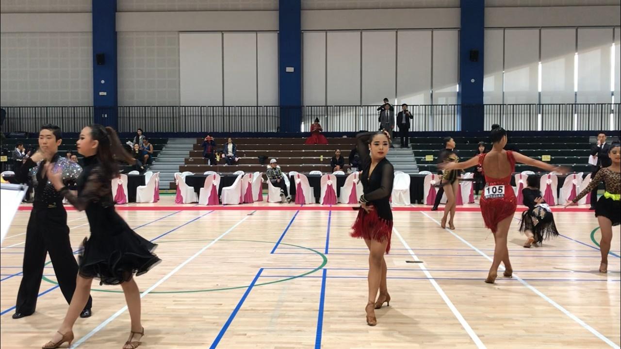 이시언 양(가운데)이 대회에서 댄스스포츠를 추고 있다.
