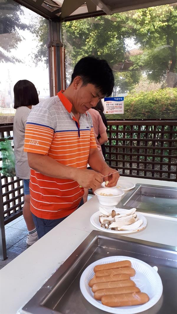 교육환경봉사 후 아이들과 삼겹살 파티를 준비중인 장순환 선생님