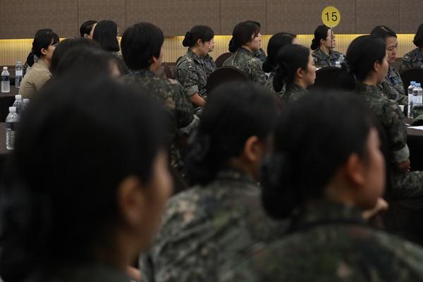 서울 용산구 국방컨벤션에서 68주년 여군 창설 기념 '국방여성 리더십 발전 워크숍'이 열리고 있다. 이날 행사는 예비역 선배와 함께하는 토크 콘서트, 국방여성정책 소개, 여성 리더십 강연 등이 진행된다