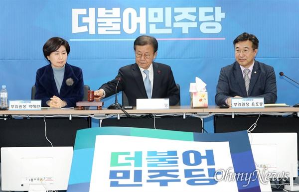 원혜영 더불어민주당 공천관리위원장이 21일 오후 서울 여의도 더불어민주당사에서 열린 공천관리위원회 회의에서 의사봉을 두드리며 개의를 선언하고 있다.