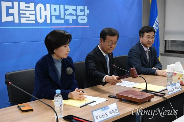 원혜영 더불어민주당 공천관리위원장이 21일 오후 서울 여의도 더불어민주당사에서 열린 공천관리위원회 회의에서 회의를 진행하고 있다.