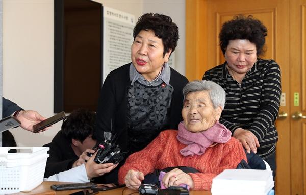 20일 광주지법 순천지원에서 열린 여순사건 민간인 희생자 재심 재판에서 고(故) 장환봉씨의 딸 장경자(왼쪽)씨와 아내 진점순(97)씨가 무죄를 선고받고 기뻐하고 있다. 재판부는 1948년 여순사건 당시 반란군에 협조했다는 이유로 억울하게 사형당한 장환봉씨의 재심에서 무죄를 선고했다.