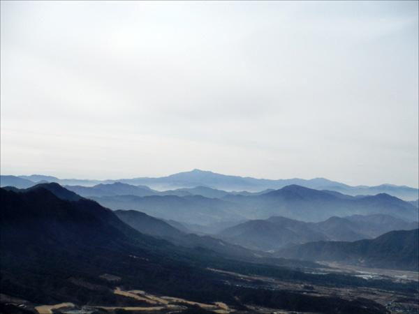 겹겹이 연이은 산봉우리들이 파노라마처럼 펼쳐지는 그윽한 풍경에 가슴이 콩닥콩닥했다.