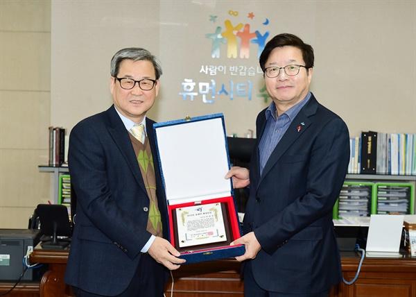 염태영 수원시장이 지난 14일 김병오 한국환경전문기자협회장으로부터 '2019 올해의 환경인상'을 받고 있다.
