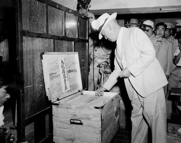 이승만 대통령이 대통령 선거에 투표하고 있다.