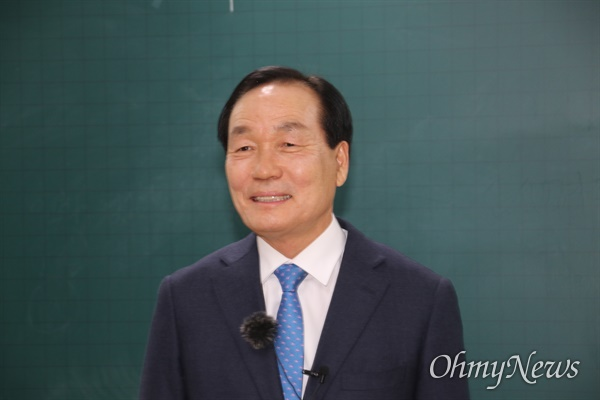 김주수 의성군수가 21일 오후 대구 군 공항 이전 주민투표 개표가 진행되고 있는 의성 청소년센터에서 소감을 밝히고 있다.