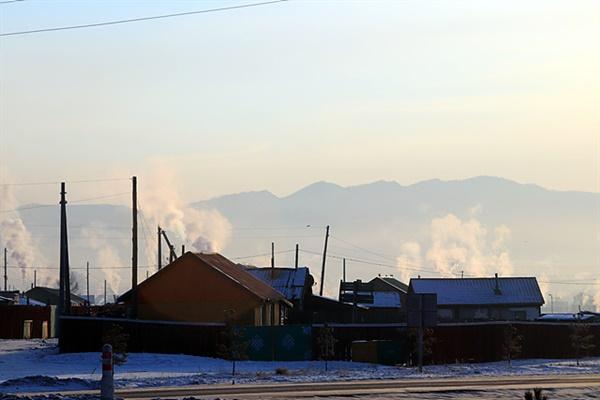 울란바타르를 거쳐 홉스골로 가던 중 만난 '볼칸'시내의 가정에서 나는 연기를 촬영했다. 개선에 대한 정부의  대책이 필요할 것 같다