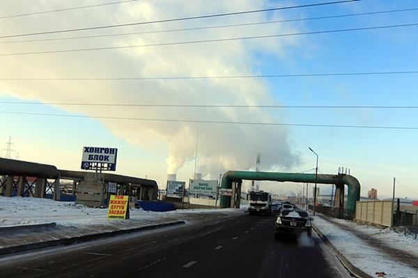몽골 수도 울란바타르는 겨울철이면 심각한 대기오염에 시달리고 있다. 시내 중심가에 설치된 화력발전소와 중앙난방시스템 때문뿐만 아니라 게르촌에 사는 주민들이 난방을 위해 생탄이나 폐타이어를 태우기도 하기 때문이다.  사진속에서 하늘 높이 올라가는 연기는 화력발전소에서 나는 연기이고 앞에 보이는 커다란 배관은 중앙난방시스템이다. 하지만 정부의 노력으로 대기오염이 감소하고 있다