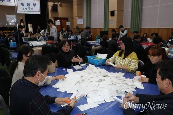 22일 오후 경북 의성군 청소년센터에서 진행된 대구경북통합신공항 이전지 결정을 위한 투표함 개표 장면.