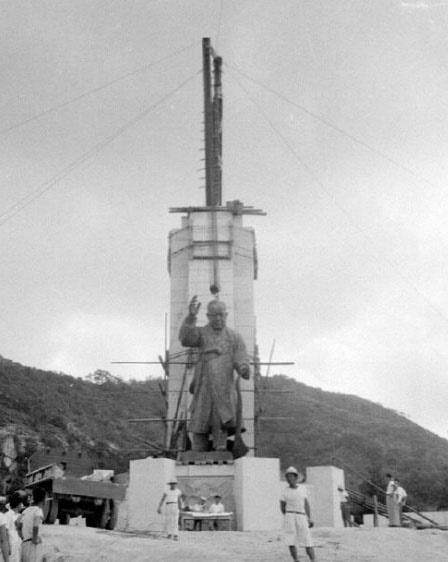 제3대 대통령 취임을 경축하고자 남산공원에 이승만의 동상을 세우고 있다. 이 동상은 4.19 때 쇠사슬에 묶여 종로로, 을지로로 끌려다녔다(1956. 8.).