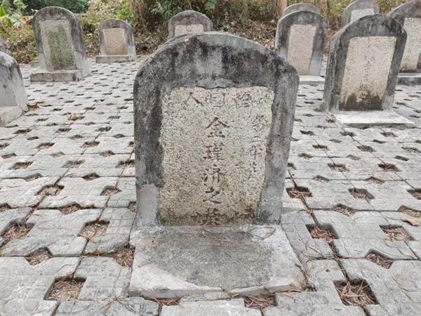 '한국인(韓國人) 김근제지묘(金瑾濟之墓)'라 적힌 묘비