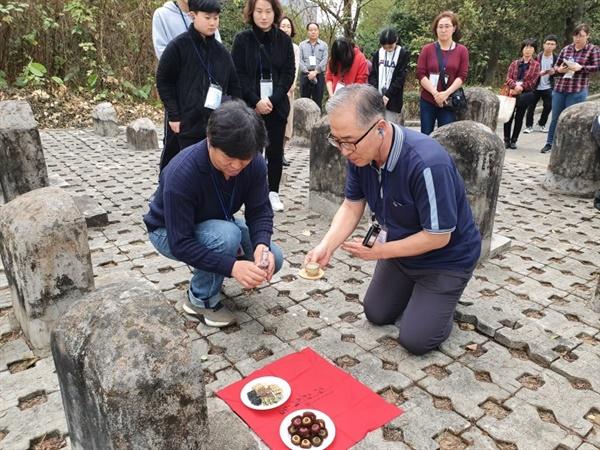 동정진망열사묘원에 잠든 한국인 생도 두 명의 영전에 술을 올리는 청년백범 14기 답사단