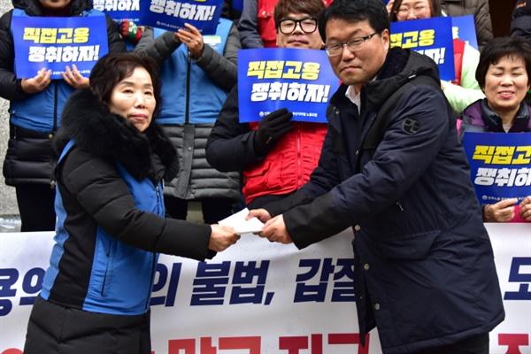 총연맹에서 보내온 투쟁지원금을 김재남 민주노총 부산본부 부본부장이 전달했다.