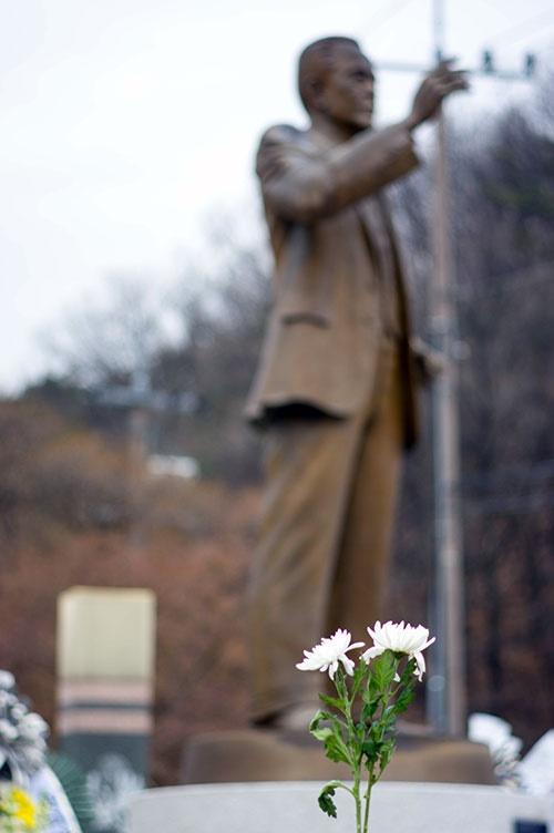 구미 금오산 도립공원 입구에 세워진 박희광 선생 동상. 구미사람들은 가끔 이 동상을 박정희 전 대통령의 것으로 오해하곤  한다.