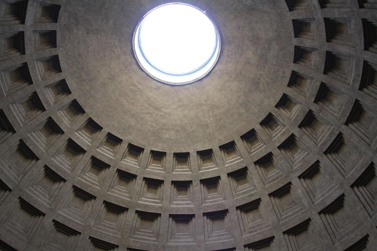 로마 판테온의 돔   브루넬레스키는 판테온 외에도 여러 고대 로마의 무덤과 유적을 연구했다