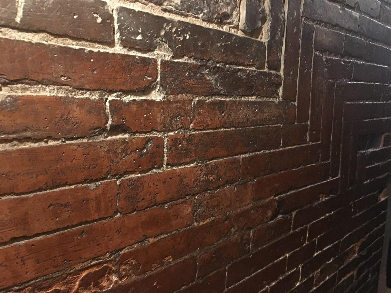 돔 내부 벽   헤링본 방식으로 벽돌을 쌓았다