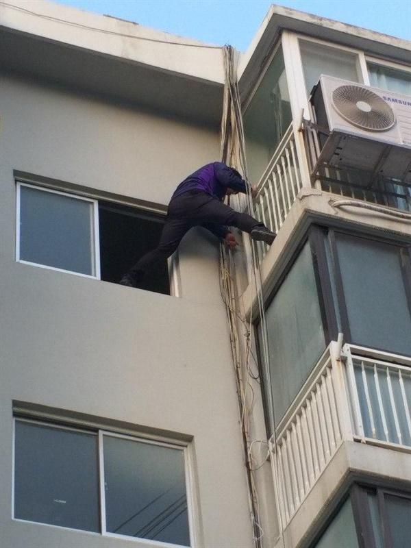 LG헬로비전 고객센터 노동자가 건물 외벽에 매달려 통신선 작업을 진행중이다.
