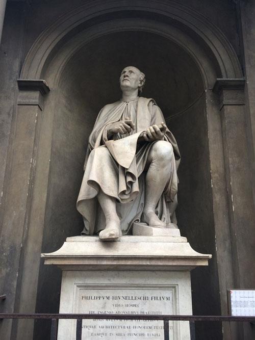 부르넬레스키 조각상   자신이 만든 돔을 올려다 보고 있다.