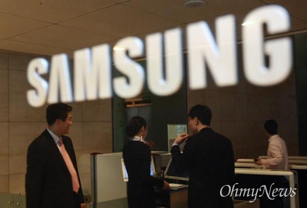 2008년 1월 15일 서울 태평로 삼성본관 내 전략기획실에 대한 압수수색이 진행되는 가운데 삼성 직원들이 검색대를 지나가고 있다.