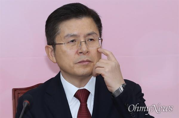 생각에 잠긴 황교안 자유한국당 황교안 대표가 23일 오전 서울 여의도 국회에서 주재한 최고위원회의에서 참석자들의 발언을 들으며 생각에 잠겨 있다.