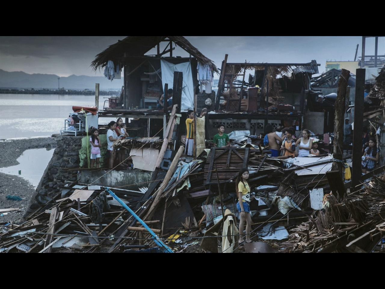슈퍼 태풍으로 파괴된 필리핀  슈퍼 태풍 하이얀이 휩쓸고간 뒤의 타클로반의 모습