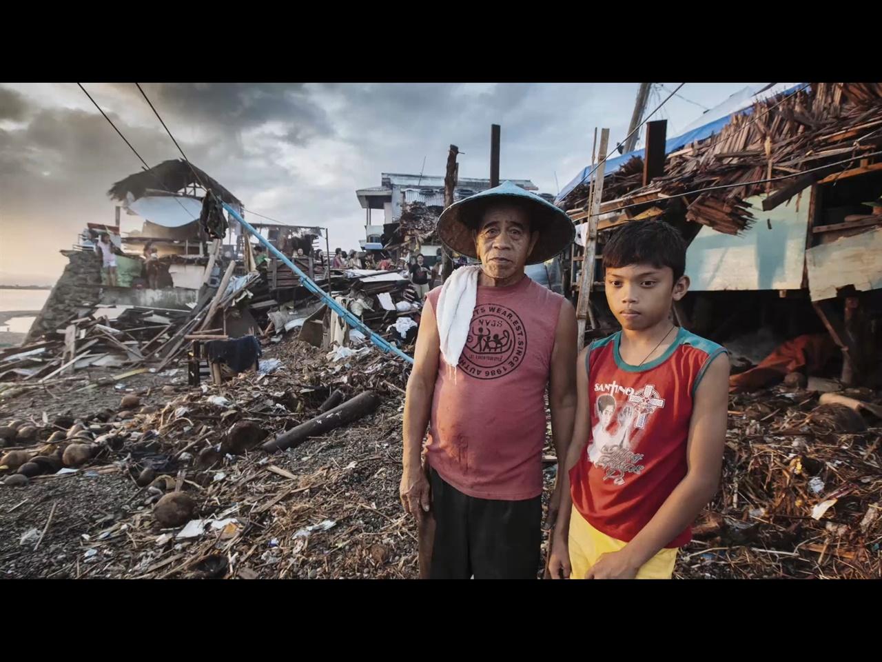 태풍피해를 입은 필리핀의 아버지와 아들  다큐멘터리 <소녀와 태풍>의 한 장면으로, 2013년 필리핀을 강타했던 슈퍼태풍 하이얀의 생존자들의 모습.