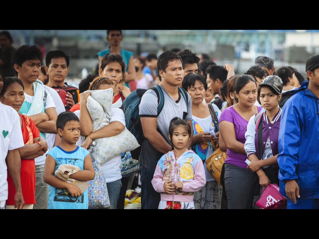 필리핀 타클로반을 강타했던 슈퍼태풍 하이얀의 생존자들의 모습 다큐멘터리 <소녀와 태풍>의 한 장면으로, 2013년 필리핀을 강타했던 슈퍼태풍 하이얀의 생존자들의 모습. 이들의 절박한 심정이 사진에서도 잘 묻어난다.