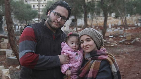 영화 <사마에게>에서 전쟁의 참상을 기록한 세 가족. 왼쪽부터 함자 알-카팁, 사마 알-카팁, 와드 알-카팁.