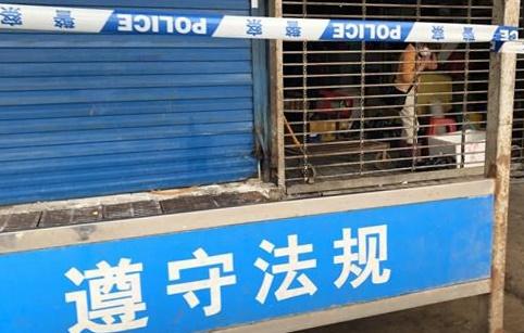폐쇄된 우한 화난시장 지난 21일 오후 중국 후베이성 우한(武漢)시의 화난(華南)수산물도매시장 앞에 경찰 통제선이 설치돼 있다. 한 상인이 당국의 허가를 받아 자신의 가게에 잠시 들어가 놓고 나온 물건을 챙기고 있다.